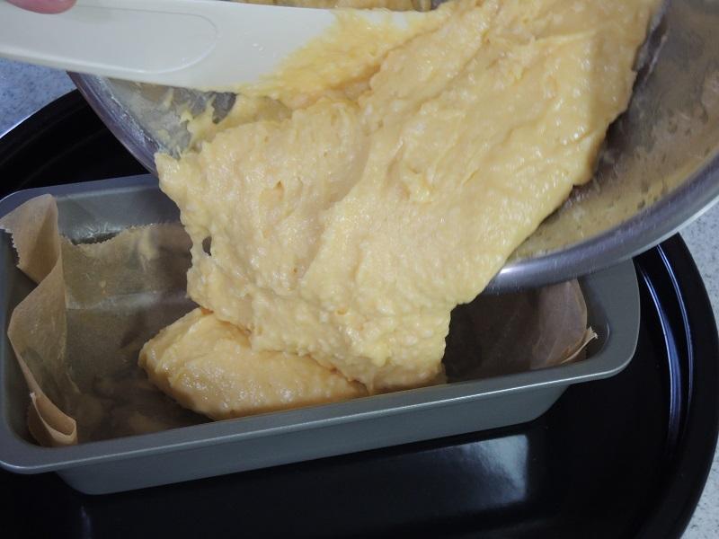 パウンドケーキの型に生地を入れます