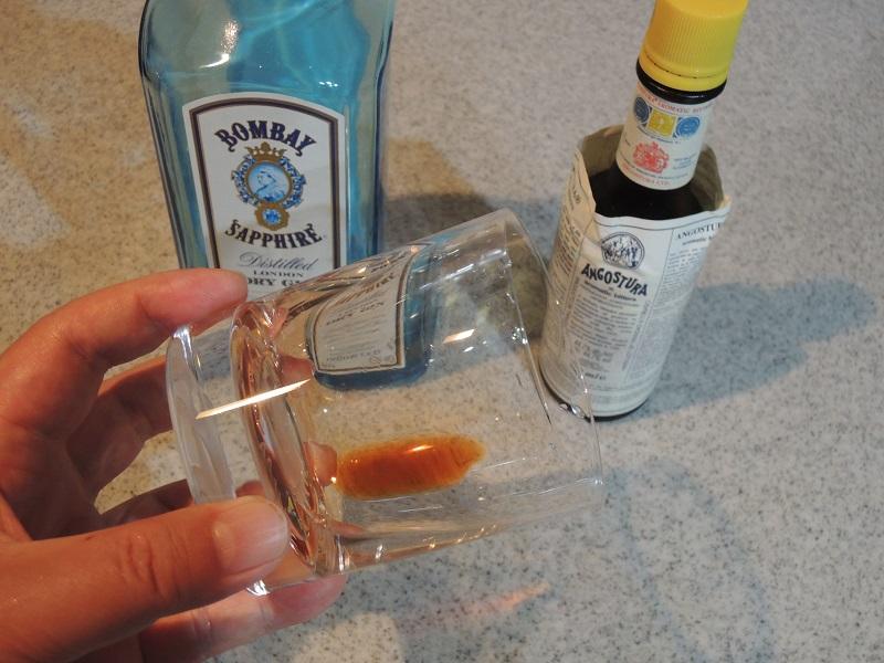 グラスの内側にアンゴスチュラ・ビターズを濡る