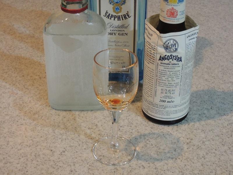 グラスの内側が隈なくアンゴスチュラ・ビターズで濡れるようにする