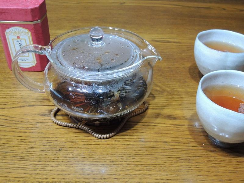 お茶を入れます