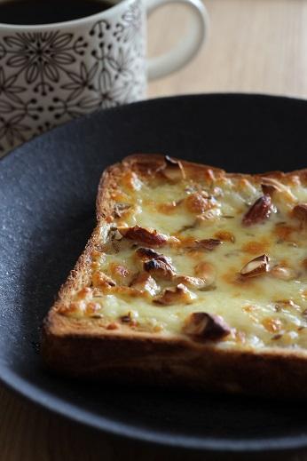 ナッツをのせたはちみつクミンチーズトースト