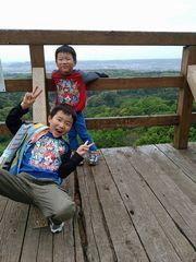 【写真】三舟山の展望台でピースサインのかわいい兄弟