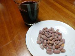 【写真】千葉県産ピーナッツと赤ワイン
