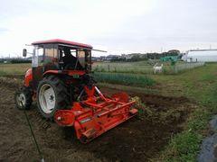 【写真】三郎畑をトラクターで耕耘している様子