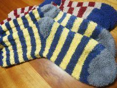 【写真】メンズ用のふわもこ靴下(ブルー&イエロー、レッド&グレーのボーダー2足)