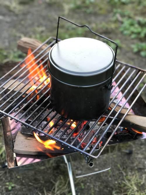 焚き火台で飯盒炊爨