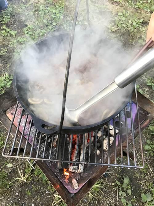焚き火台でハッシュドビーフ