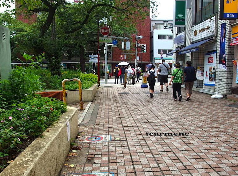 駅から横断歩道人々