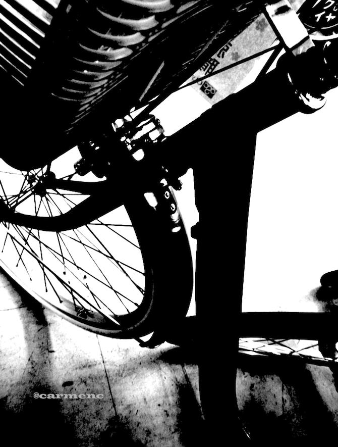 自転車縦モノクロ